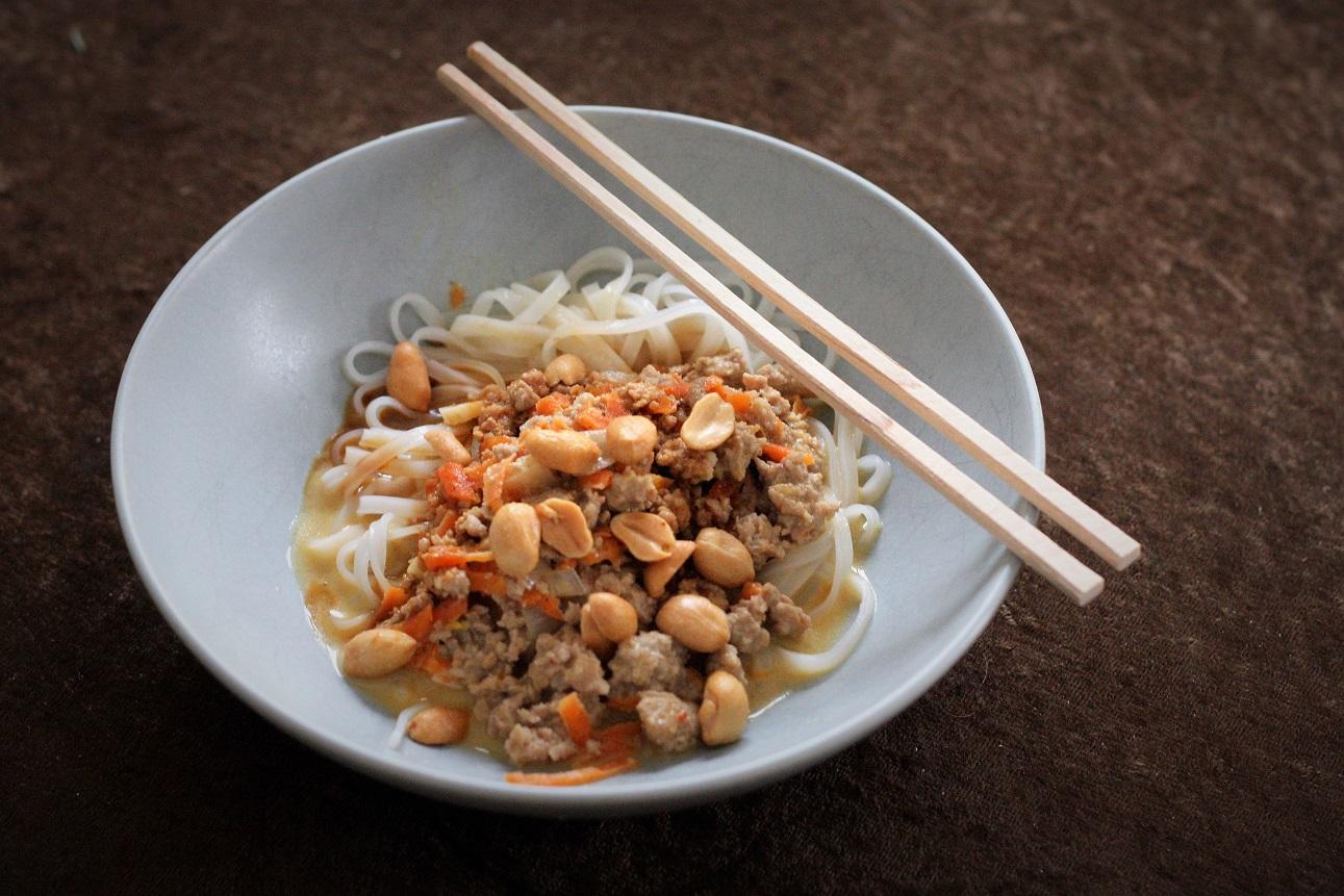 Thainudlar med jordnötter